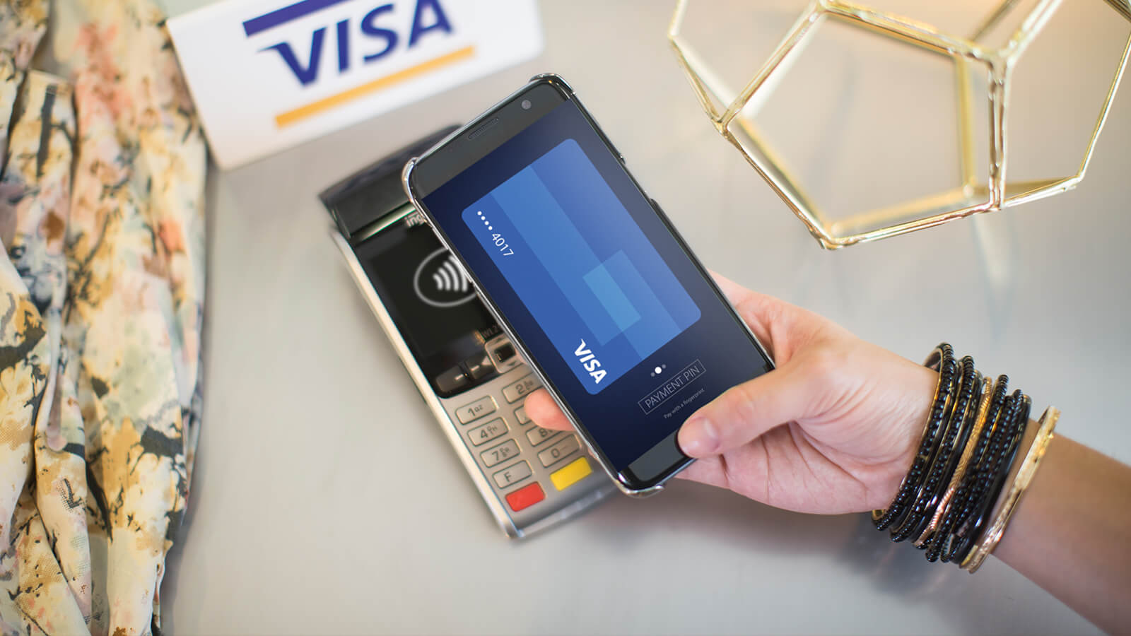 Person using Visa payWave